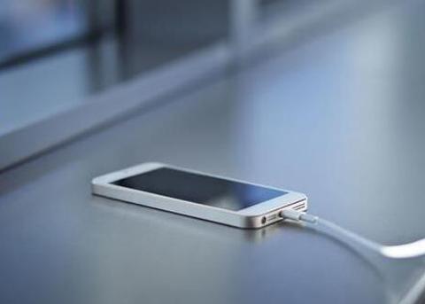 英男子洗澡时手持iPhone充电 结果触电死亡