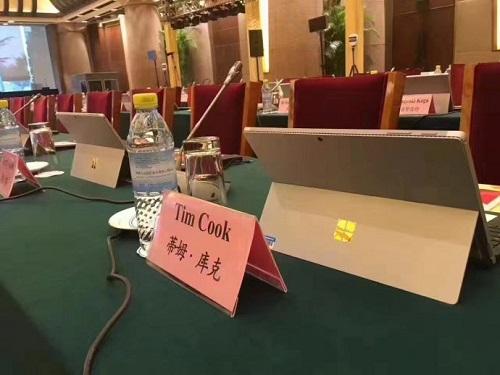 库克参加了一场全是微软Surface平板的会议
