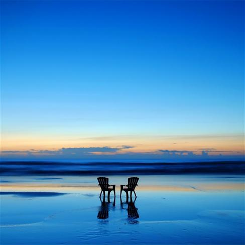 海边椅子图片
